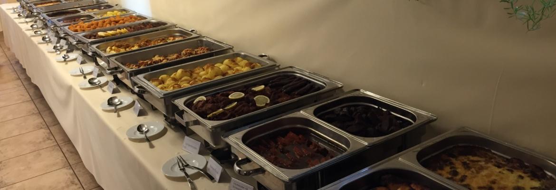 große Auswahl an warmen Speisen